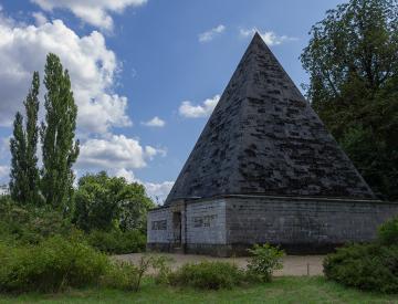 3 Krüger und Langhans: Pyramide (Eiskeller), Neuer Garten