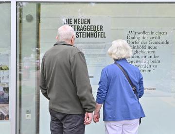 10 Besucherpaar vor dem Ausstellungsschaufenster