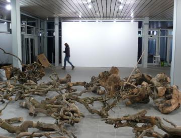 15 Ausstellungsaufbau von Jochen Dehn, Bowling Ball Beach II