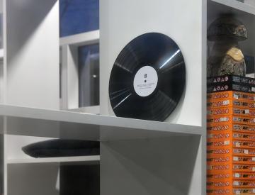 10 Alexander Moosbrugger, Zuspiel auf Vinyl, 2014 (vorn)