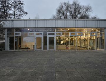 11 Eingangsseite des Pavillons