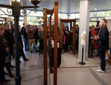 13 Kurator Gerrit Gohlke bei der Eröffnung in Potsdam