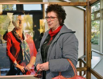 7 Christa Pfeifer vor ihrem Porträt von Clegg & Guttmann in Potsdam