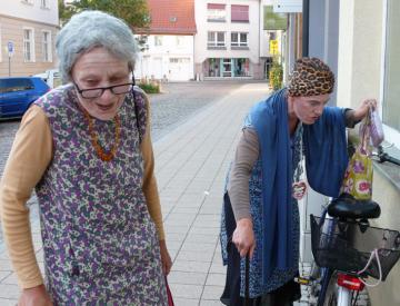 Ilse & Margarete auf dem Weg in den Sprachladen