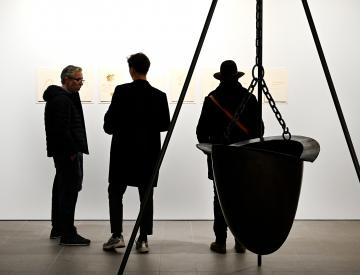 1 Besucher in der Ausstellung