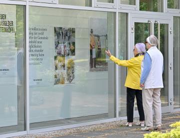 3 Von außen bleibt die Ausstellung am Schließungstag sichtbar
