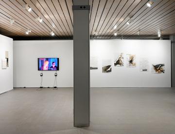 """1 Blick in die Ausstellung """"Die Lücke zwischen den Zeichen"""""""