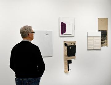 2 Betrachter vor Heinrich Dunst, Untitled, 2014