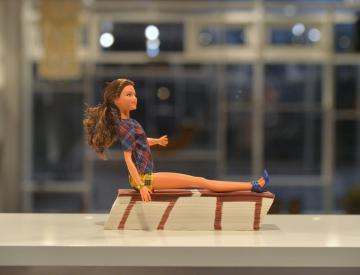 2 Friederike Feldmann, Barbie, 2018, und Hockerblock, 1991