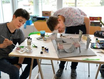 3 Schüler einer 9. Klasse des Hannah-Arendt-Gymnasiums beim Modellbau