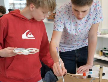 10 Schüler einer 9. Klasse des Hannah-Arendt-Gymnasiums beim Modellbau