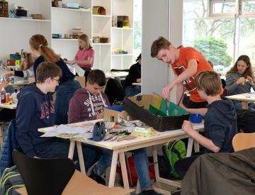 9 Intensive Arbeit im Ausstellungspavillon auf der Freundschaftsinsel
