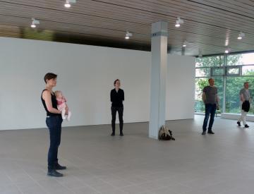 3 Ausstellungsbesucher in der Ausstellung Naked